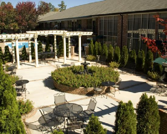 BEST WESTERN PLUS Lafayette Garden Inn & Conference Center: The pool and garden sitting area