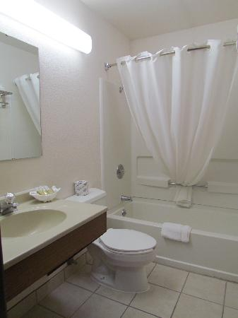 Long Beach Super 8 Motel: Bathroom