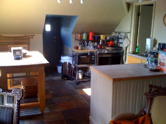 Elmwood Village Inn: Honu House : Kitchen in the attic suite 