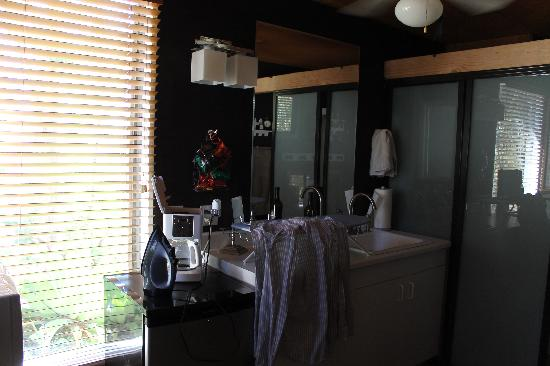 Rainbow Inn Bed & Breakfast: The kitchenette/bathroom area