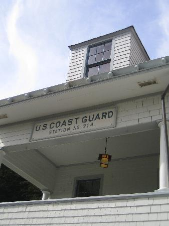 Coast Guard House Historic Inn: Main house porch