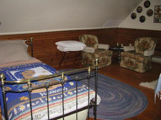 Ox-Ford Farm Bed & Breakfast Inn: this room has 2 beds, one for kids