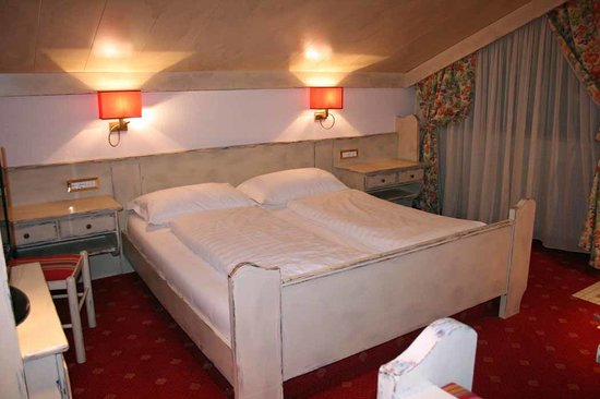 Ferienclub Breitenbergerhof: Wonderful king size bed w/good reading lights. Woodwork has whitewashed distressed look.