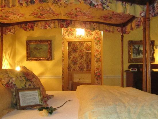 1896 House - Barnside Inn: Bed was super comfortable!