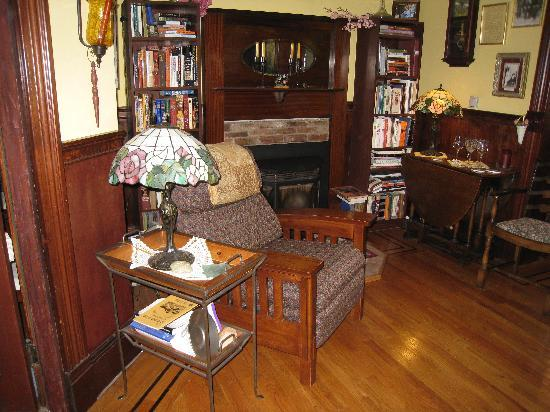Albert Shafsky House Bed and Breakfast: Parlor