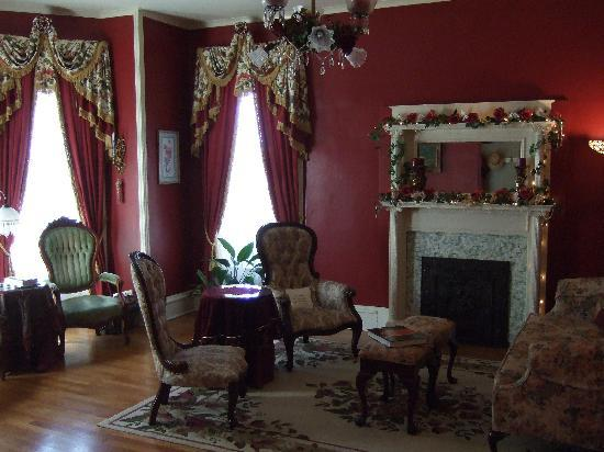 High Street Victorian Bed and Breakfast: Parlor