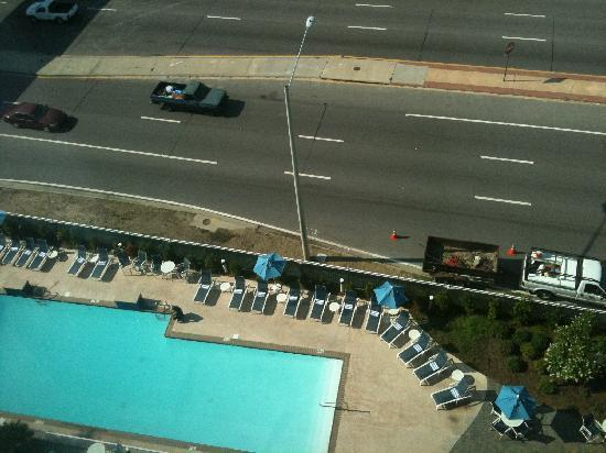 Four Points by Sheraton Biloxi Beach Boulevard: View of the pool...and the road