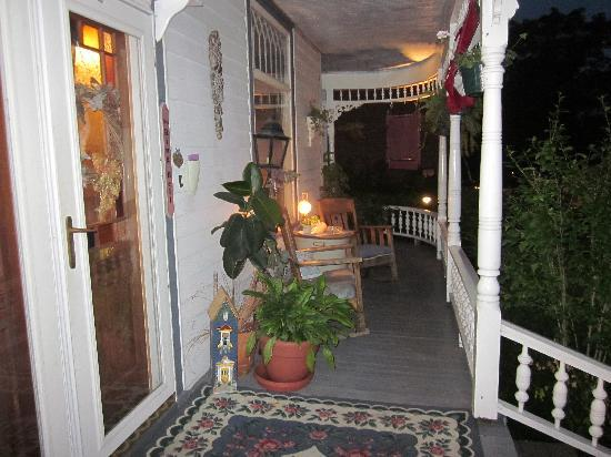 Brierwreath Manor Bed and Breakfast: Brierwreath Manor porch at night