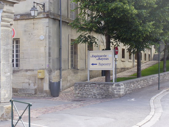 L 39 entr e du mus e picture of bayeux tapestry museum for Tapisserie entree