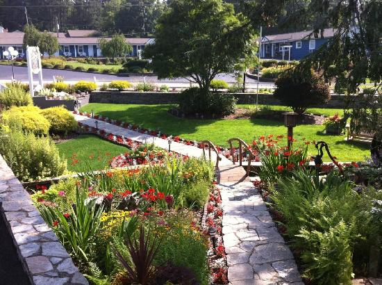 Azalea Garden Inn: The Azalea&#39;s landscaping