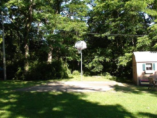 Cove Bluffs Motel: Our sons enjoyed the chance to play basketball