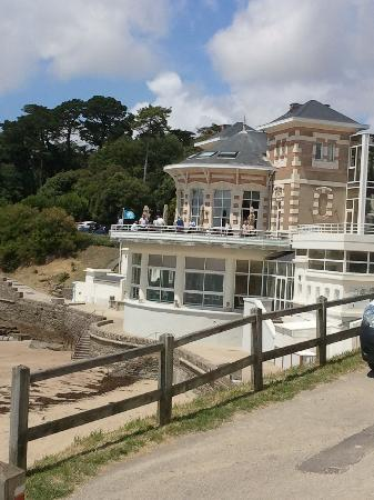 Pornic, France: Vu de la corniche sur le Bar le Phare et le restaurant traditionnel