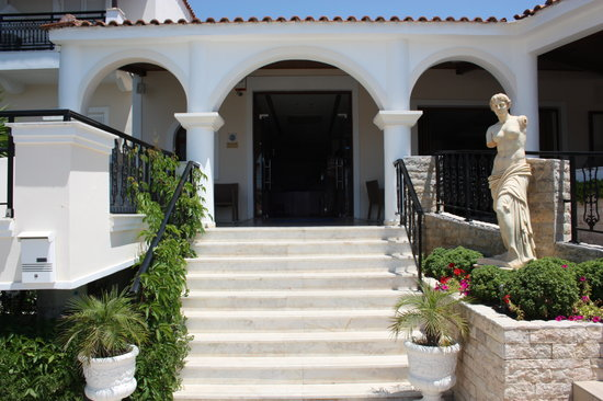 Venus Hotel & Suites: Entrance by the stairs