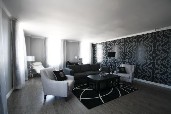Hotel Deco XV: Seating Area in a Two Room Suite