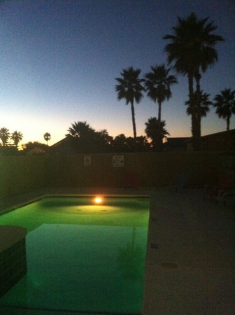 3rd Coast Inn: Pool area at Night!