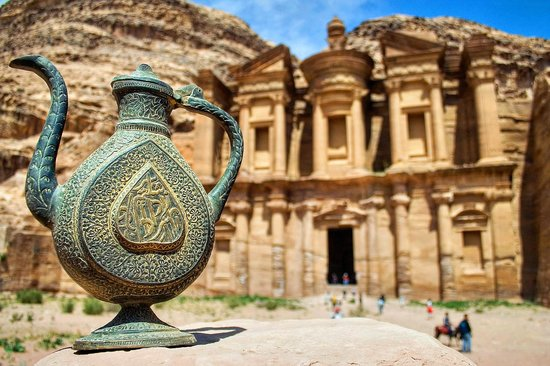 Petra/Wadi Musa, Jordanien: A coffee and souvenir shop greet tourists after the long climb up to the Monastary.