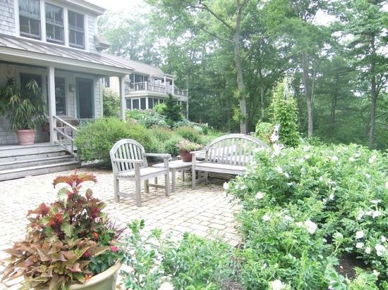 Coveside Bed and Breakfast: the grounds are beautiful with many places to sit and relax