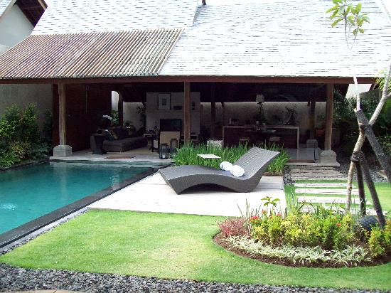 Canggu, Indonesië: The pool and the living area from outside the bedroom