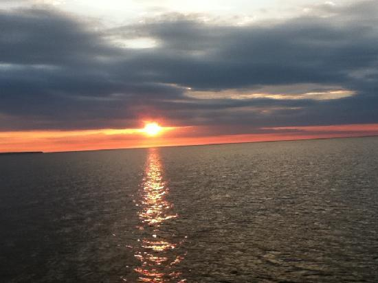 Days Inn Munising (M-28 East): Sunset cruise to Pictured Rocks