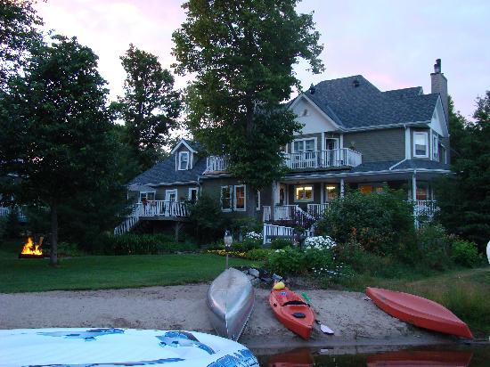 Rosseau&#39;s Northern Landing Bed and Breakfast: La casa con un &quot;camp fire&quot; en el jardn