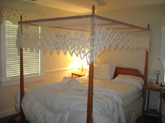 Bentley Manor Inn: the canopy in our room.after we got up.