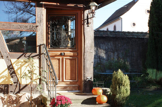 L&#39;accroche Coeur - bed and breakfast: Entrance of the house in the garden