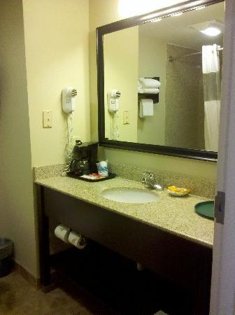 La Quinta Inn Grove City: sink and coffee