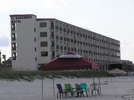 El Governor Motel : Hotel from the beach.