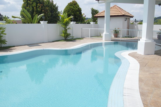 Rumah Putih Bed and Breakfast: Swimming Pool