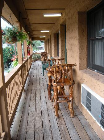 Hemlock Inn: Upstairs balcony
