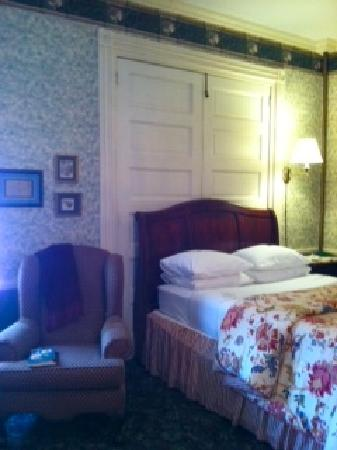 Carlisle House Bed & Breakfast: What a comfortable bed!