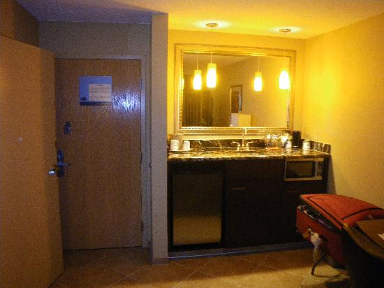 Hampton Inn & Suites - Paso Robles: Fridge and Microwave