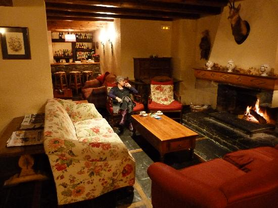 salon avec chemin e picture of hotel val de ruda baqueira tripadvisor. Black Bedroom Furniture Sets. Home Design Ideas