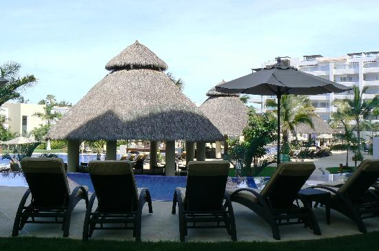 Marival Residences & World Spa: palapa en la alberca