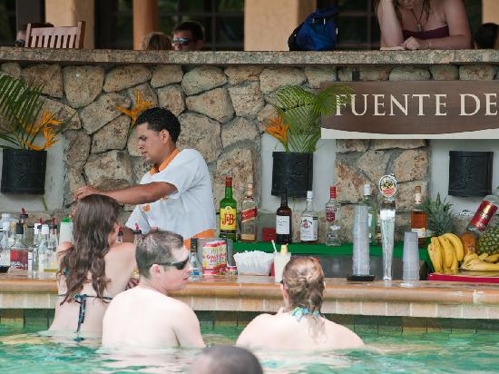 Gulf of Papagayo, Costa Rica: Pablo at work taking care of business by the pool