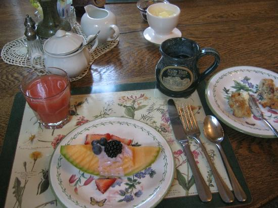 Alpine Haus Bed and Breakfast Inn: Our breakfast fruit was great
