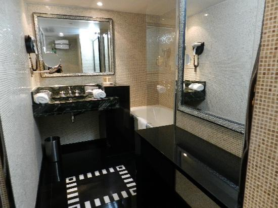 Hotel Les Jardins du Marais: updated bathroom