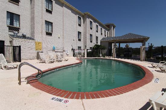 Comfort Inn & Suites Burnet: Front side of building
