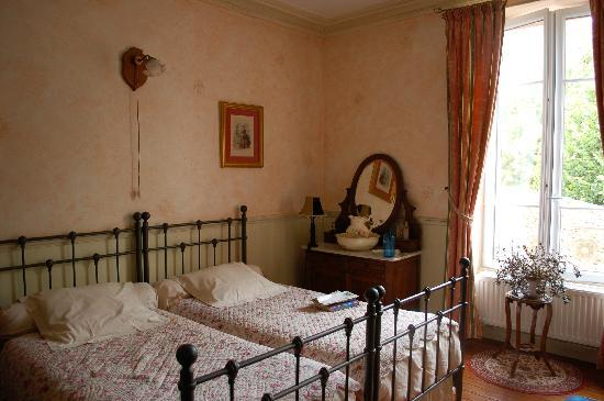Verneuil, France : Room with connecting 2-bed alcove