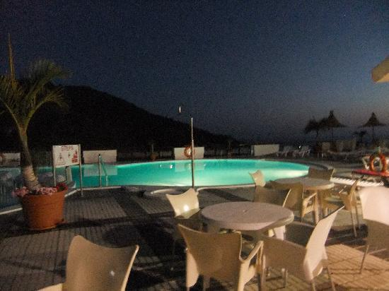 Guanabara Park Apartments: pool from bar at night