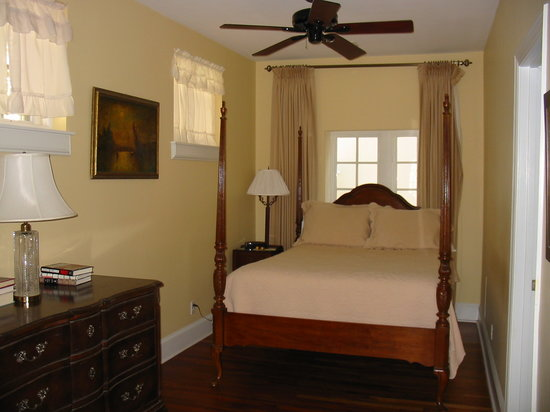A Bed and Breakfast at 4 Unity Alley: nook with 4 poster bed
