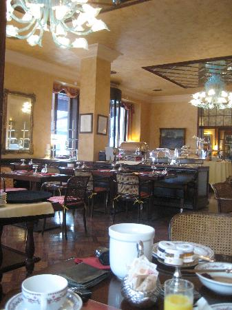 Hotel Duchi Vis a Vis: breakfast at the Gran Duchi D'Aosta