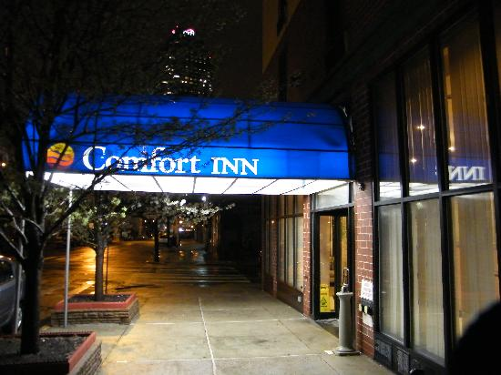 Comfort Inn: Front entrance by night