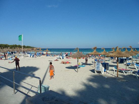 Coma Gran Aparthotel: the beach, 3 minute walk from hotel