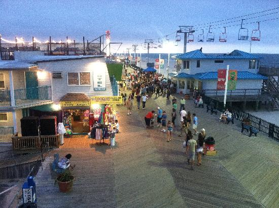 "Seaside Heights, Nueva Jersey: Boardwalk view from deck (lighted deck at left is the ""Jersey Shore:"" TV house)"