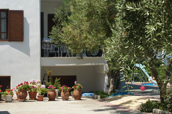 Potos, Greece: Example of a room with balcony, close to the pool (we enjoyed it!).