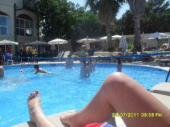 Sol Pinet Playa: Waterpolo at the pool :)
