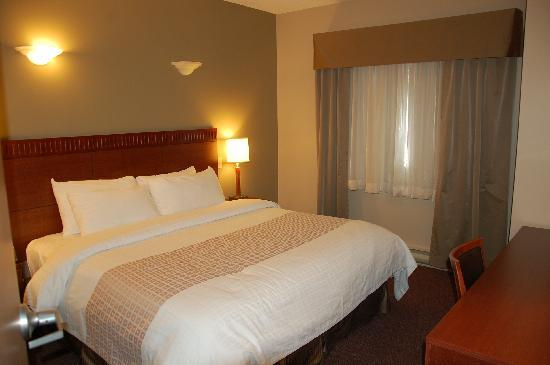 Canad Inns Fort Garry: King Size bed.