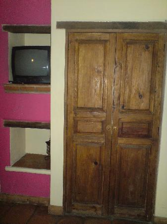 Hotel Real Guanajuato: Closet y TV