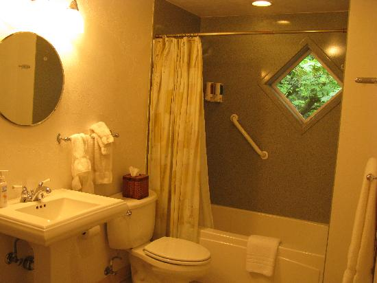 The Oval Door Bed and Breakfast Inn: Bathroom